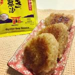 アサムラサキさんよりお試しのかき醤油が届きました😆✨.普段使っているお醤油と違うのがまったりとした甘めの味..今回は焼きおにぎりにしていただきます❤️.かき醤油と炒りゴマを…のInstagram画像