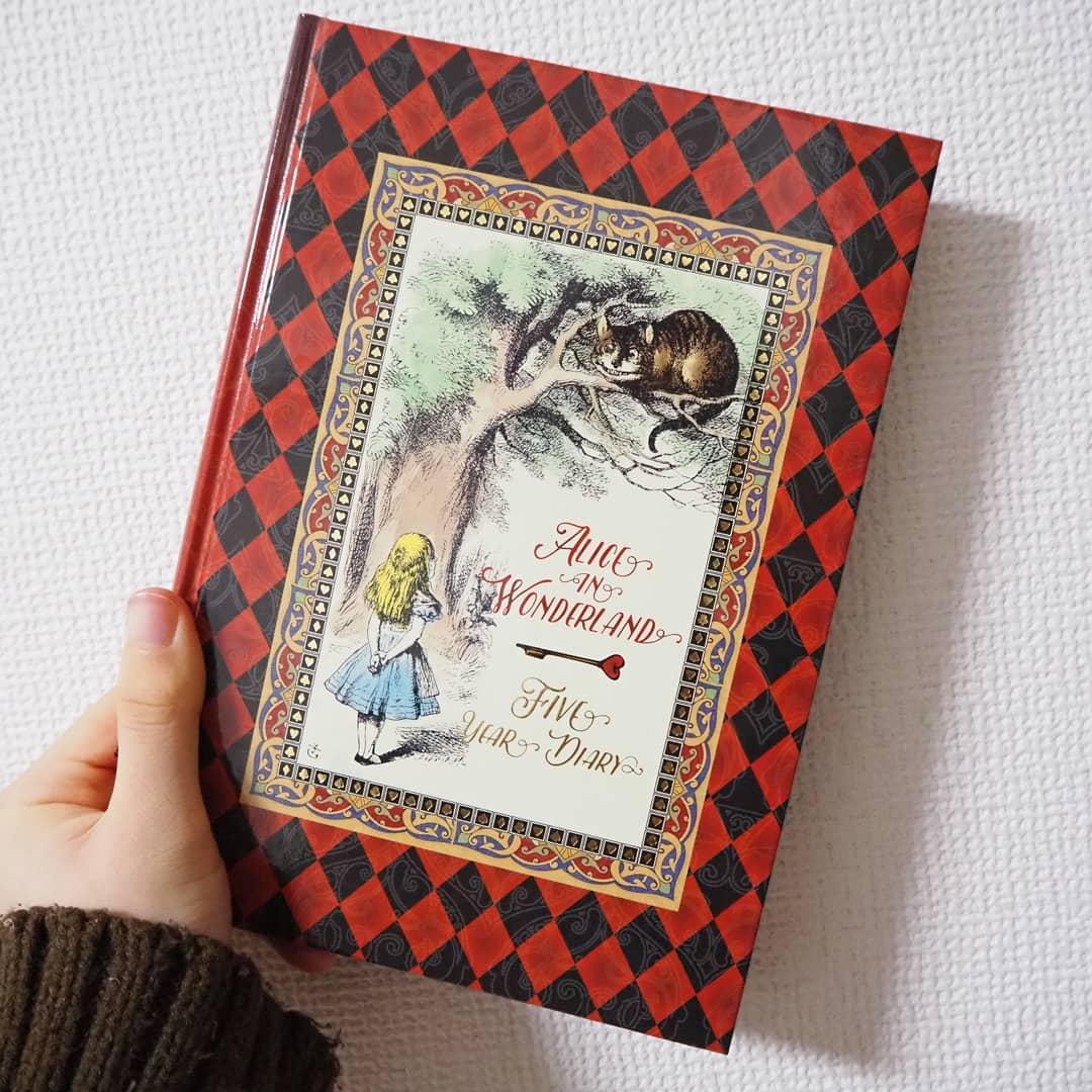 口コミ投稿:ディアカーズ5年日記💓アリス・イン・ワンダーランドの挿絵が入っている日記帳です。5…