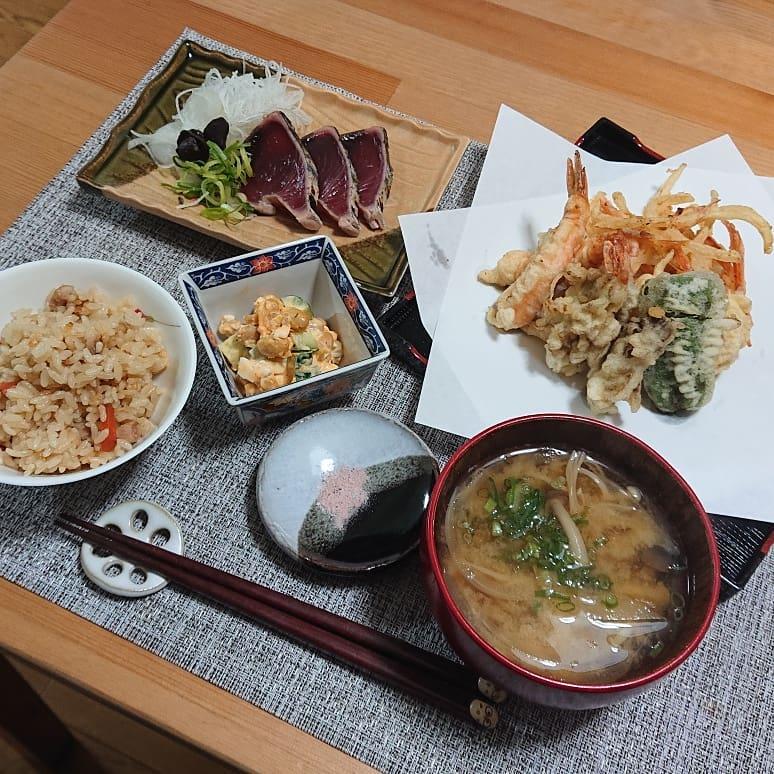 口コミ投稿:.#おうちごはん#桜塩 でいただく #天ぷら#鰹のたたき #黒にんにく添え#サラダSOY の …