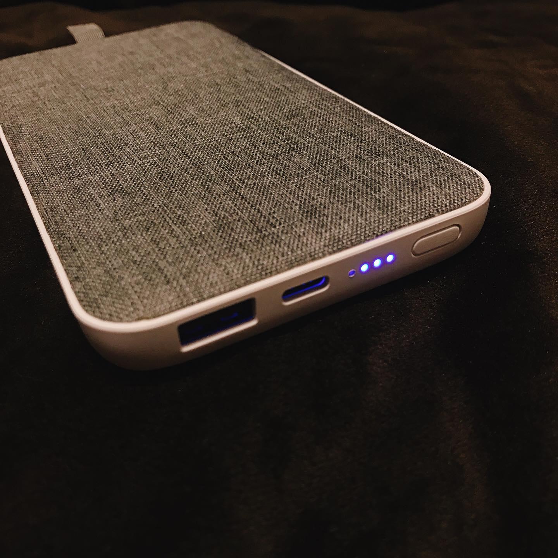 口コミ投稿:オシャレな充電器♡ちょっと重たいが4回もフル充電出来るし、PCの充電も出来るからい…
