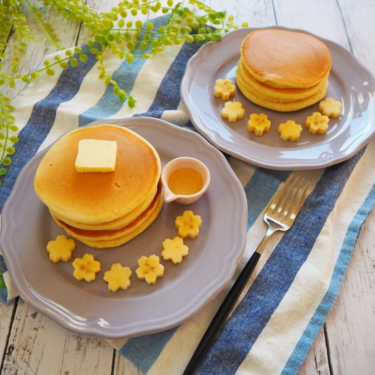 口コミ投稿:こんな時間ですが、いつかの息子と私の朝ごはん🥞.ホットケーキって多めに焼いて冷凍…