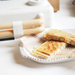 #グリーンハウスの2枚焼きホットサンドメーカー 使ったよー♡ホットケーキ生地にウインナーとチーズをのせてー(◍•ᴗ•◍) 子供と一緒に楽しめるしデザインは可愛いし!ヘビロテよ( ꈍᴗꈍ)♡…のInstagram画像