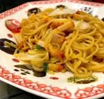 まさかのこんな時間に#夜の11時に食べる さっきTVでギャル曽根が中華食べまくっててお腹すいたから😂娘の前で食べたら欲しがってとられるので夜食に👍🏻笑チャーシューが美味しい😳クオリティ…のInstagram画像