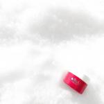雪の上で撮ってみた☺️ 赤いパッケージが映えますね💞#雪之上 #雪の上 #オールインワンジェル #Allinone保養品 #挑戰使用雪之上3個月 #抗老保養 #美白效果 #抗皺紋 #美白針 #…のInstagram画像