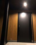 玄関のライトはもちろんダウンライトです。#ダウンライト愛好家ここは明暗センサー+人感センサー的なやつです。夜暗くなってきたら何時間か(設定した時間)は常時点灯でその後は人感センサーに切り替…のInstagram画像