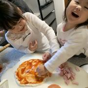 「ピザ作り、いちご飴」【こどもの笑顔あふれるおいしい食卓風景】写真コンテスト!「お祝いの春!祝いの食卓に子どもの笑顔を咲かせよう♪」の投稿画像