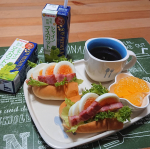 .#おうちモーニング#いつもの朝食 に #豆乳 をプラスして。#ソイプレミアム #ひとつ上の豆乳 #豆乳飲料シャインマスカットMIXちゃんとマスカット果汁も入ってて、香料苦…のInstagram画像