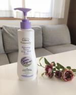 最近お風呂上がりに、お気に入りのレイヴィーボディミルキーローションLVを塗り塗り❤️スウィートラベンダーバニラの香りがとっても良い香りで癒されるんです❤️ボトルパッケージも可愛くてお気に入り❤…のInstagram画像