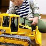 【 #item 👶】・・ブルーダー『CATトラクター』 @bruder.jobinternational ・・最近、車に興味を持ち始めた坊や。その中でも工事現場にある強そうな車…のInstagram画像