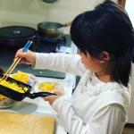 【おうち時間 子どもと一緒に料理】おうち時間が増えて、毎日のご飯作り、お疲れさまです^_^; ムスメと一緒に朝食を作りました。まだまだスムーズにはいかなくて、時間がかかるけれど、自分で…のInstagram画像