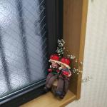 窓辺にこんな可愛いごびと、飾ってみたよ。今まで和の雑貨を好んで飾っていたけど輸入雑貨もメルヘンな物が多くて可愛いね。#インテリア雑貨 #玄関インテリア #フルーツこびと妖精…のInstagram画像
