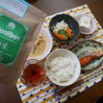 タイガールイボスティーのモニター中です。今日のお昼ごはんです。塩鮭、エノキと竹輪のたまごとじ、酢キャベツとキュウリとにんじん、冷奴、ごはんとタイガールイボスティ。特に変わったものは…のInstagram画像
