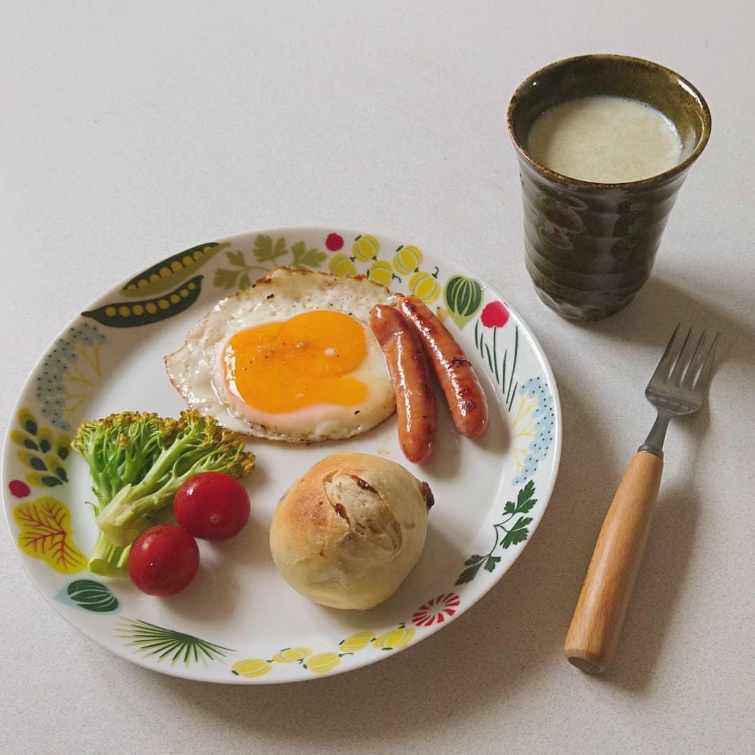 口コミ投稿:朝ごはん。冷蔵発酵でレーズンパン焼いたよ~🍞焼きたておいしかった😊.#refata #リフ…