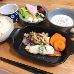 夏のご飯にぴったりの冷製スープ。.冷蔵庫で冷やしてお皿に盛り付けるだけで、本格的で美味しいスープの出来上がり🙆♀️.私はお魚料理にジャガイモのスープを合わせました!!.引き立…のInstagram画像