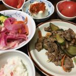 今日の夕飯。豚肩ロースときゅうりの酢炒め、トマトのオリーブオイル、冷奴キムチ、ご飯には梅酢漬けのミョウガを混ぜ込みました。#monmarche #野菜をMOTTO #野菜をもっと …のInstagram画像