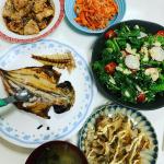 今日の夜ご飯😊写真綺麗に撮りたいって思っても、ちびちゃん大好きなお魚は待てず😂うちのちびちゃんは大のお魚好きで、お肉より断然お魚派🐟に対して、パパは断然お肉派🐮どっちかにしたいと思って…のInstagram画像