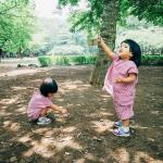 久しぶりの森林浴紙と鉛筆でお絵描きをしたり実を見つけて手が紫になったり何にもない場所で思いっきり走り回った双子双子がしている日焼け止めは@neo_naturalNa…のInstagram画像