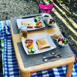 【お庭でピクニック】お庭で収穫したきゅうりとイチゴを使ってムスメとお庭でごはん。テーブルコーディネートは、ムスメにおまかせしました。外で食べるとより美味しい♡これからできてくる…のInstagram画像