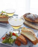 焼き上がったカンパーニュをカットしてランチに😋 発酵の待ち間にスープだけ準備しました🥣簡単で美味しいので良く作る二層のスープ、コンソメゼリーを固めてスープを注ぐだけ〜ビシソワーズはレトル…のInstagram画像
