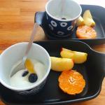 .今日の健康朝食🍽.ブルガリアのホームメイドのスターターキットを使って、初めて自家製のブルガリアヨーグルトを作ってみました!.市販の牛乳に種菌となるプロバイオティクスGBNを入れて…のInstagram画像