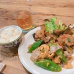 🌱中華プレートごはん😋・茄子と鶏のチリソース・シシトウと豚肉の卵炒め・生葉ルイボスティーボリュームたっぷり、大満足👍🏻生葉ルイボスティーは、蒸気を使うことであえて発酵を止める、…のInstagram画像