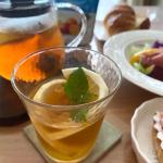 水出しアイスティー💖ケーキとデニッシュとサラダの朝食。朝からカロリー多め、でもテンション上がる♪#日東紅茶 #水出しアイスティー #紅茶 #無限アイスティー #トロピカルフルーツ #mon…のInstagram画像