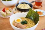 なべやき屋キンレイ『お水がいらない横浜家系ラーメン』お昼ごはんにお試ししてみました❢神奈川県発祥のご当地ラーメン🍜濃厚豚骨醤油味😋このラーメン麺もスープも具材も、そのま…のInstagram画像