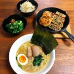 ..今日の夕ご飯✍️.✔︎横浜家系ラーメン(冷凍食品)✔︎油揚げ餃子✔︎ピリ辛きゅうり✔︎もやしのナムル..ラーメンの中でも家系ラーメンが1番好きなんだけど…のInstagram画像