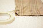 ..ずっと裾上げしようしようとおもってたパンツをついに💡..水に強い布用両面テープ という便利なもので裾上げしたよ 😏..裁縫苦手すぎる母の強い味方 ♡.…のInstagram画像