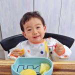 自分で食べたい欲爆発♥️1歳迎えた頃から徐々にスプーンや手で食べたがってきたからひっくり返らないお皿にチェンジ🕺Donde By Deerシ…のInstagram画像