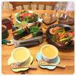 おうちでキャンプ。パエリア&サラダ&レンジカップスープ。完璧!😆😋L'Accampamento a casa. Paella and salad and range cup soup. Perfe…のInstagram画像