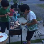 今年の夏はキャンプデビューをすべく、リハーサルを兼ねてBBQ.長男も立派に焼肉奉行.母、楽できます。.保冷剤代わりに冷凍ラーメンを使うという一石二鳥な裏ワザをゲットしたので…のInstagram画像
