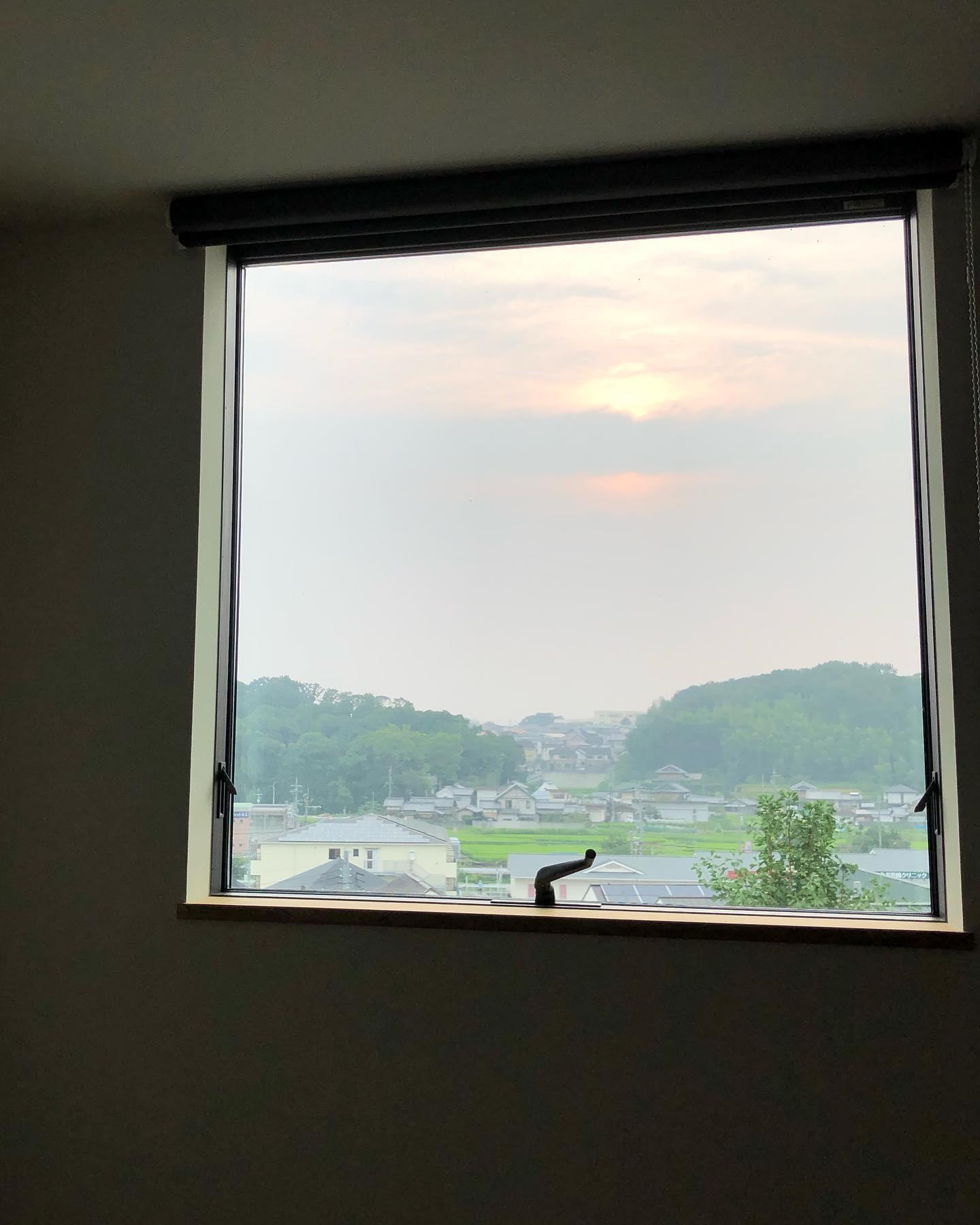 口コミ投稿:寝室から見た今現在の空。我が家は東側が開けているので、リビングも寝室も東側に大…