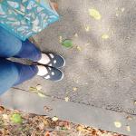【 🌷 LIFESTYLE 🌷 】ご近所へのおでかけ、お散歩はニッセンのスリッポンで。キャラTにスキニーを合わせてヘルシーに♡靴下を履かなくてもいいのがうれしいけど、足の甲に日焼け止めは必…のInstagram画像