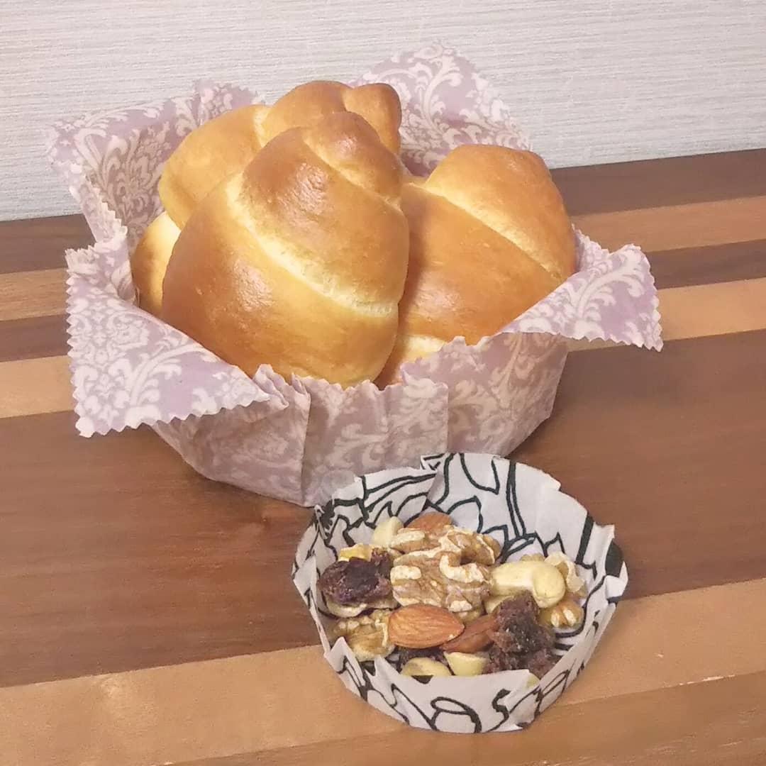 口コミ投稿:手作りロールパンを手作りみつろうラップにのせて朝ごはん。使い捨てないみつろうラ…
