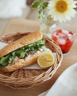 .LOHACO様( @lohaco.jp ) よりオリーブオイル国産鯖缶をいただきました。鯖缶を使って、バインミー風サンド🌼焼いた鯖をのせたのかと思うほど脂がのって…のInstagram画像