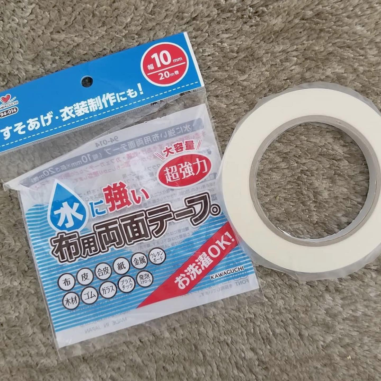 口コミ投稿:水に強い布用両面テープ🐤..水洗い可能という便利な布用両面テープ!.カーテンの丈を…