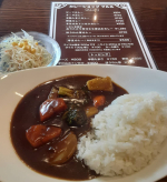 佐賀駅のバスセンターそばカレーショップマルルさんの野菜カレー。ごろっとした野菜が入っていてうれしい。ランチタイムはミニサラダがついてました。通常ライスは300グラムらしいので、200グ…のInstagram画像