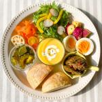 。🍞コーン×コーンのデリプレートLOHACO BREADで#お昼ごパン 。#コーン の甘さが美味しいふんわりプチパン♡.#コーンスープ と一緒にコーン尽くしのプレートに🌽レバー…のInstagram画像