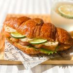 。🥐クロワッサンサンドサーモン 、パテ、大葉 をノームベーカリー の#クロワッサン にサンド♪レンコンのピクルスと#すだち も😊.#かぼす で作ったかぼす酢ソーダと一緒に🍹…のInstagram画像