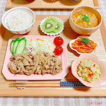 ✩࿐⋆*𝕋𝕠𝕕𝕒𝕪'𝕤 𝕕𝕚𝕟𝕟𝕖𝕣 ☽⋆゜︙。.୨୧⌒⌒⌒⌒⌒⌒⌒⌒⌒⌒⌒⌒⌒⌒⌒୨୧.。❁豚の生姜焼き❁付け合わせサラダ❁バジルポテトサラダ❁にんじんと明太子の和風きん…のInstagram画像