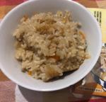 今日の夕飯は炊き込みご飯を作りました(^^)海の精炊き込みごはんの味を使って、まいたけ、にんじん、豚肉の炊き込みごはんごはんを炊く前に炊き込みごはんの味を入れて、具材を入れ…のInstagram画像