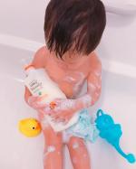 赤たんの匂いがするー❤️と息子っちもお気に入りのレイヴィー🐐赤ちゃんの匂いではなくて蜂蜜とミルクのほんのり甘い香り❤️泡立ちと泡もちはあんまり良くないんだけど、優しい洗い心地と流した後もし…のInstagram画像