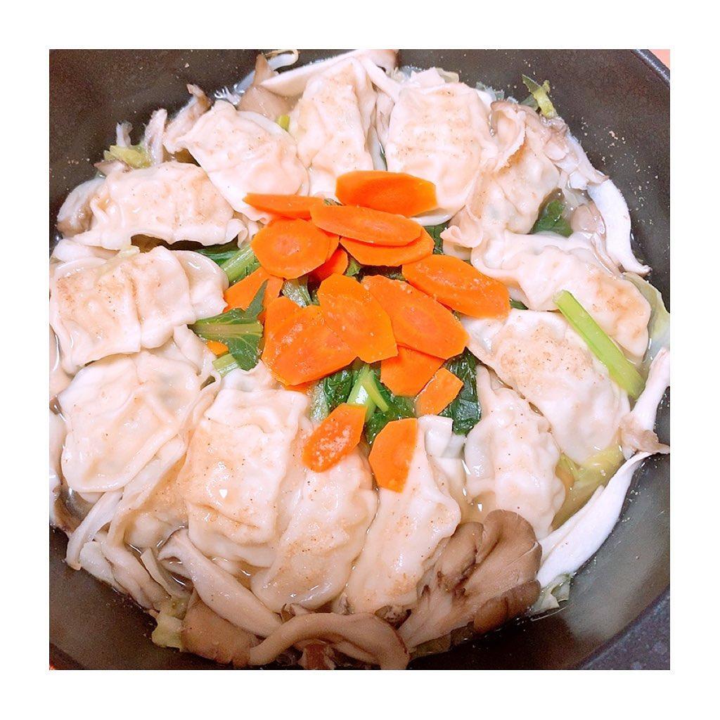 口コミ投稿:連休食べすぎたから、ヘルシーにマッスル餃子鍋したよ🥟🥕🍄もやし、キャベツ、小松菜、…