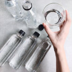 .✴︎┈┈┈┈┈┈┈┈┈┈┈┈┈┈┈✴︎最近のお出掛けのお供🙆♀️❤️グッドデザイン賞を受賞したラベルのないペットボトル『LOHACO Water』4…のInstagram画像