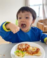 マルハニチロの新商品「ミニピザ」とリニューアルした「くまちゃん占い えびとチーズのグラタン」を食べてみました😊くまの形をしたピザが息子はお気に入り💖💖ハム、コーン、玉ねぎ…のInstagram画像