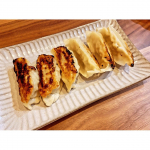..これで「マッスルギョーザ」食べ終わってしまった🥺最後はやっぱり焼き餃子で!ちょっと焦げた😂タレは酢とあらびき塩コショウで食べると美味しいぃ!!信栄食品さん、モニターさせてい…のInstagram画像