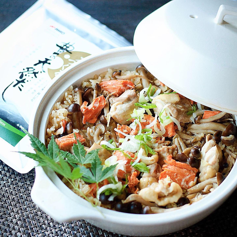 口コミ投稿:だいぶ寒くなってきたので夜ごはんは炊き込みごはん🍚.土鍋に研いだ米と鮭、鶏肉、し…