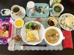 今日の#朝ご飯 は、#スクランブルエッグトースト 定食でした🧀🍯自家製シフォンケーキもあります。#ヨガ と筋トレ、バレエのワークアウト、大好きなマイケルのダンスの物真似トレーニングもしたよ…のInstagram画像