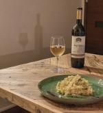 .辛口白ワインをおうちで🥂ジョージア産ワインは、オイルベースのパスタやチーズ料理に合うということだったので、ニュートリショナルイーストでチーズ風にしたカブの豆乳リゾットと。…のInstagram画像